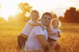 Familie auf Feld Sonnenuntergang