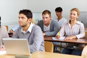 Studenten beim Lernen im Seminar einer Uni