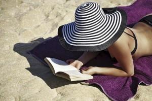 Frau ließt ein Buch am Strand