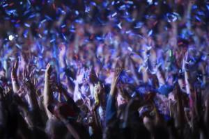 Jubelnde Fans auf einem Konzert