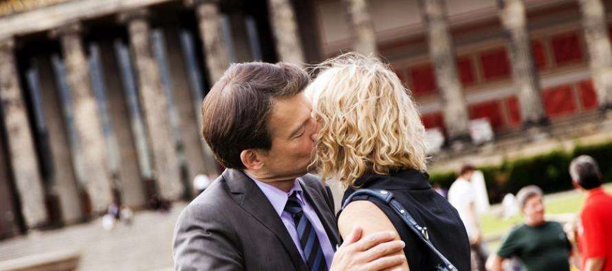 Küsse links und rechts: Für viele wird hier eine Grenze überschritten