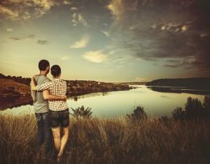 Ein junges Paar beim Sonnenuntergang am Fluss